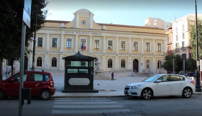 Bari – Piazza Risorgimento si rifà il look: luci anche sulla facciata della scuola